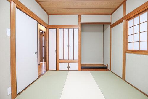1階の和室6帖のお部屋です。床の間と仏間スペースがございます。畳は貼り替え済みです。現地(2021年4月20日)撮影