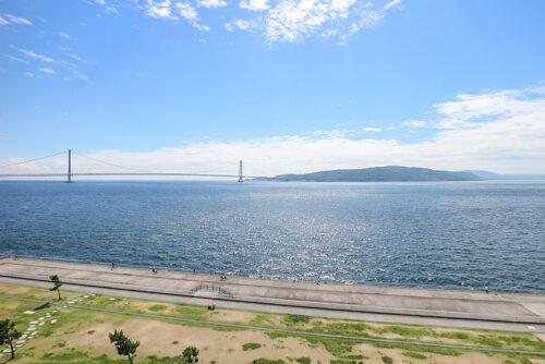 バルコニーからの眺望です。海や明石海峡大橋、淡路島が一望できます。現地(2021年9月)撮影