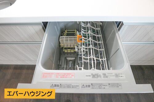 キッチンには食器洗い乾燥機付き。 忙しい家事の手助けをしてくれます。