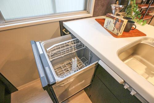 キッチンには食器洗い乾燥機付き!コンロは3口ガスコンロです。室内(2021年10月)撮影