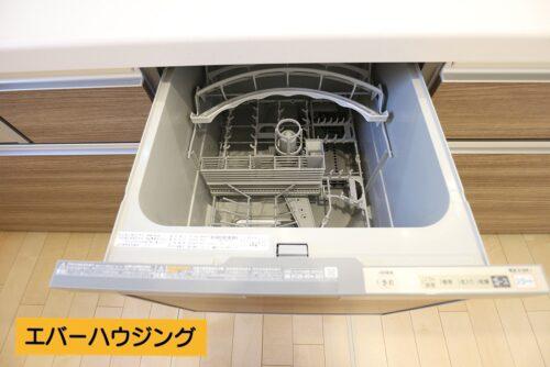 キッチンには嬉しい食器洗い乾燥機付き!忙しい家事の手助けをしてくれます。