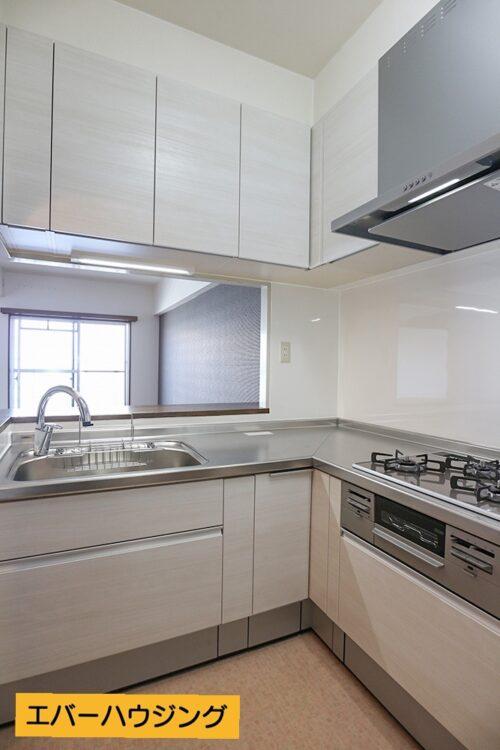 キッチンは使いやすいL字型のキッチンです。対面式でリビングの様子も見られます。