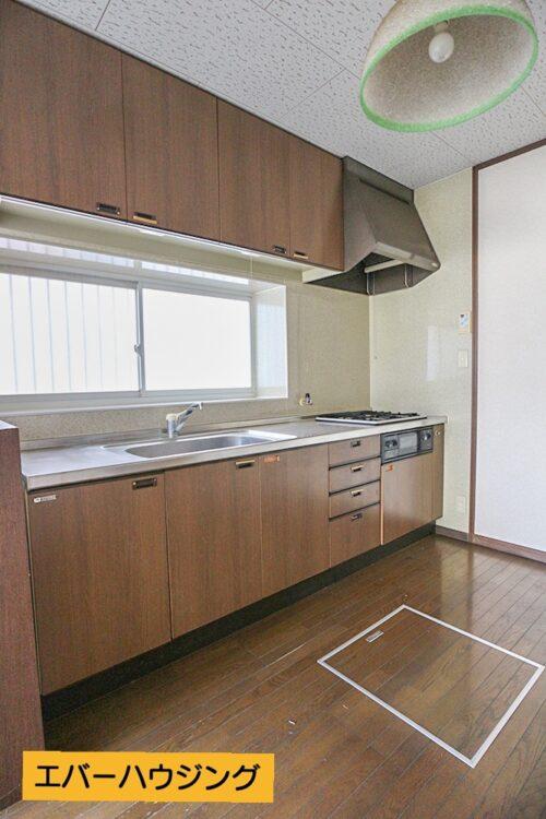 システムキッチンです。 小窓付きで換気も十分にできます。