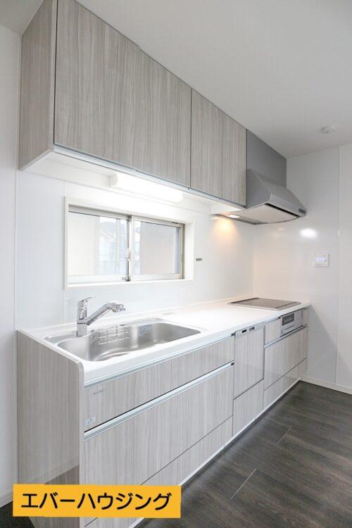 ホワイトを基調としたシンプルで使いやすいシステムキッチン。小窓もあり、換気も出来ます。