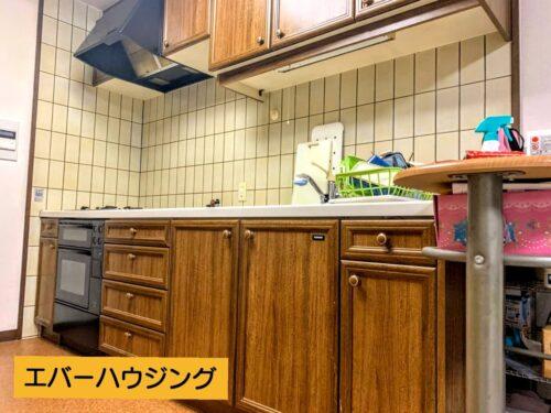 キッチンは独立タイプ。木目のシステムキッチンです。