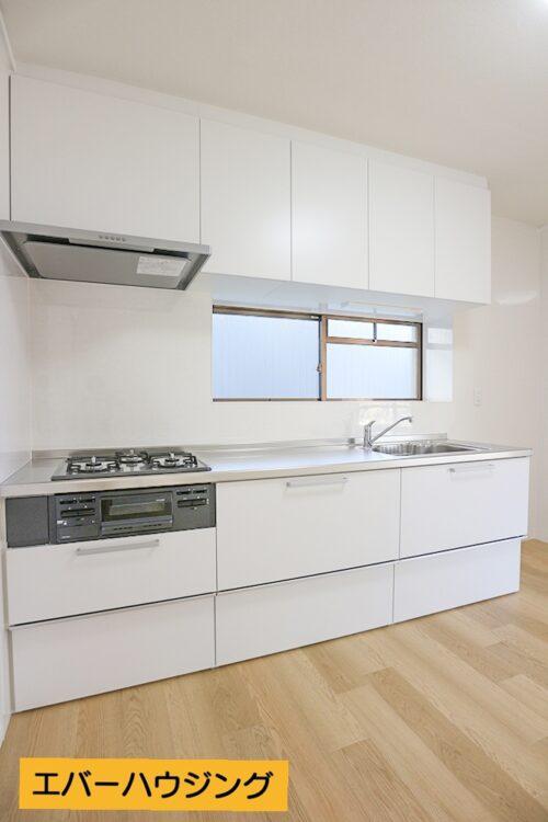 システムキッチンはリフォームにて新調済みです。小窓があるので換気に便利です。