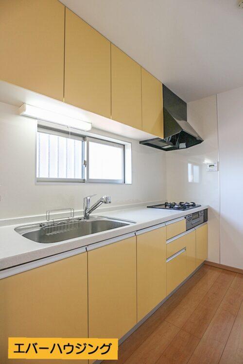 システムキッチン。小窓付きで換気もしやすいです。