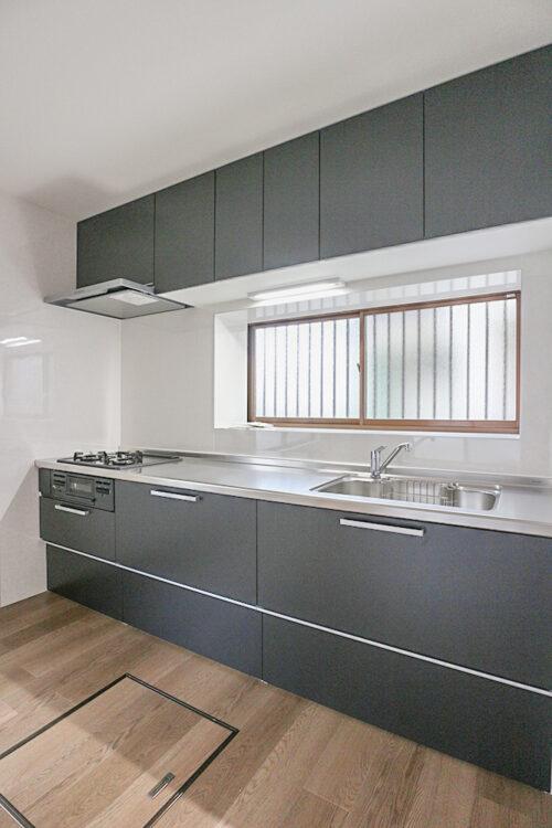 システムキッチンは新調済みです。窓があるので、明るく、換気にも便利です。キッチン横の勝手口から裏庭へ出られます。