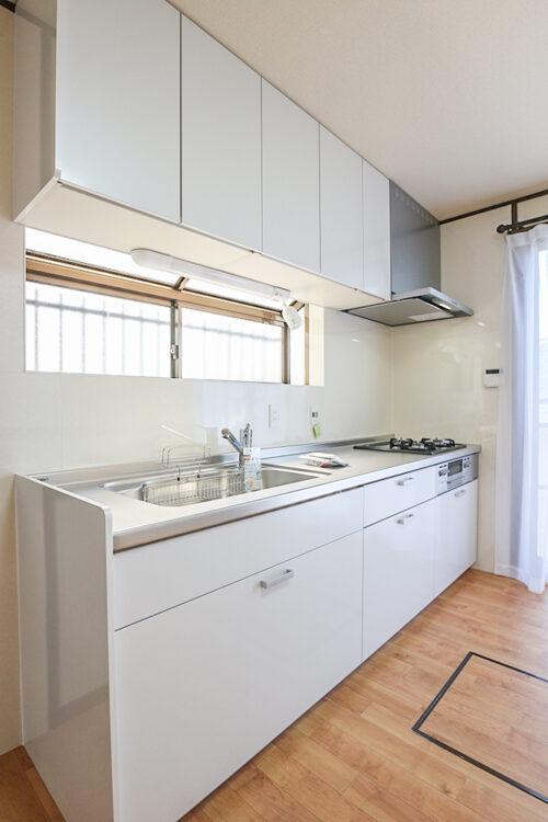 システムキッチンは新調済み。小窓もあるので換気に便利です。現地(2021年4月20日)撮影
