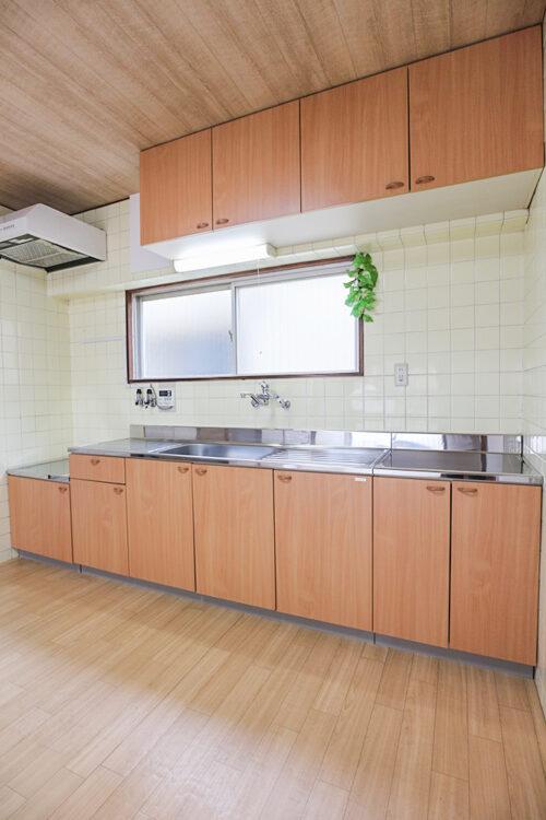 キッチンは2016年のリフォームにて新調済み。作業台スペース広々で使いやすいキッチンです。(2021年5月16日)撮影