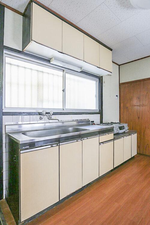 キッチンには小窓も付いていますので、換気に便利です。収納も豊富なキッチンです。