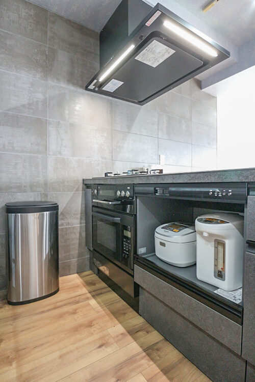 キッチン下の収納スペースには、炊飯器やポットなども収納可能です。オーブン、ガスコンロ付きです。現地(2021年9月)撮影