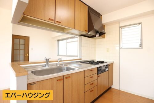 対面式のシステムキッチン!小窓付きで換気に便利です