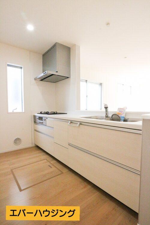 対面式キッチンなので、リビングの様子が見えます。小さなお子様のいるご家庭でも安心です。