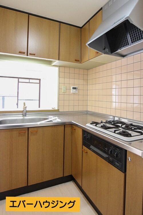 キッチンは調理のしやすいL字型! 収納もたっぷりあるので、食器なども収納可能です。