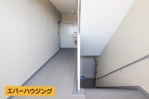 エレベーター停止階から1段降りたところにございます。