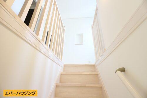 【同形状・同仕様写真です】 床材、巾木、廻縁、階段材は無垢材を使用したこだわりのお家。