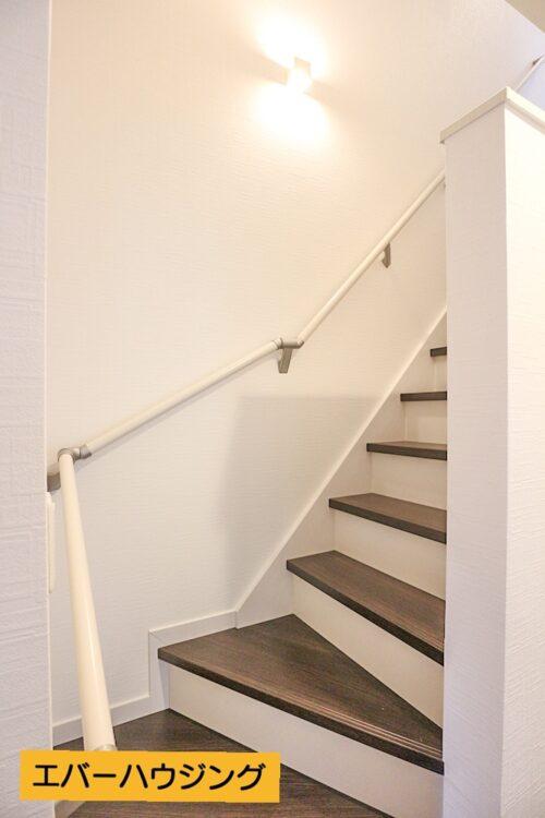 階段には手すりも設置されております。