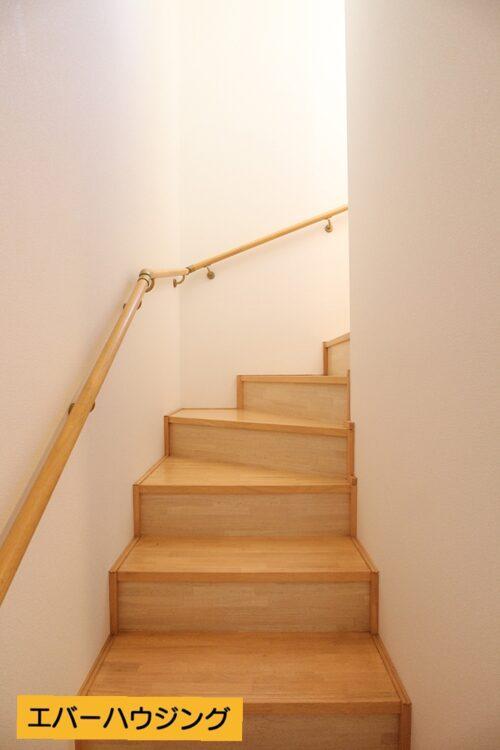 階段には手すりも付いております。