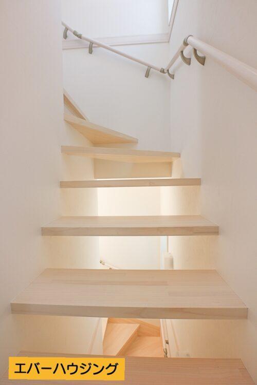 階段材には無垢材を使用。こだわりの施工です。