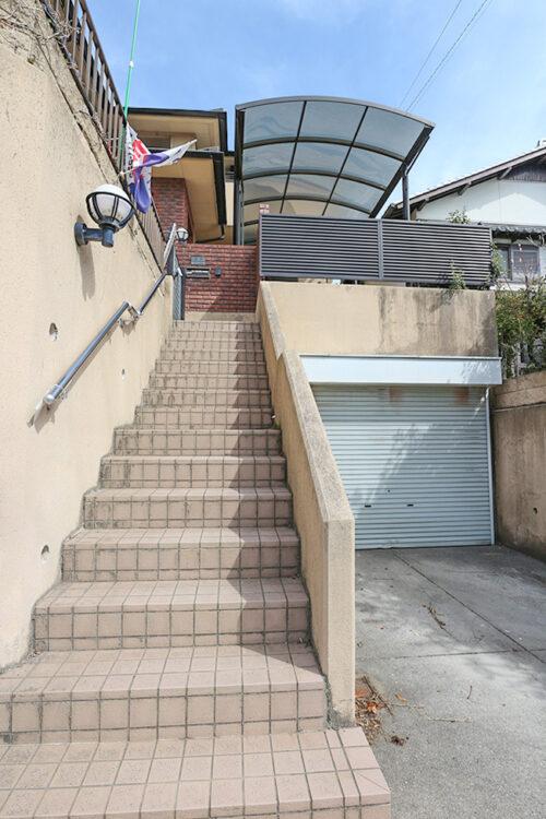 住居への階段です。