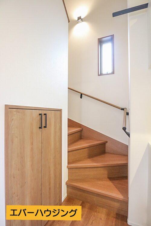 階段下にも収納スペースがございます。