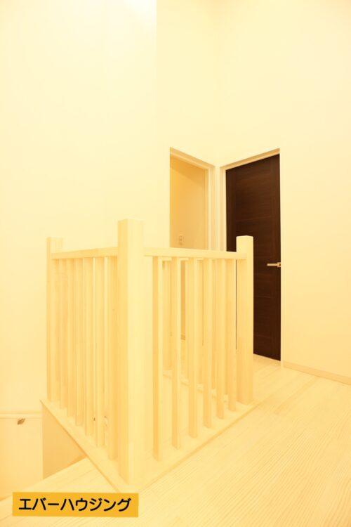 2階の廊下にある手すりは積層集成材を使用したオーダーの物。こだわりを感じるお家です。