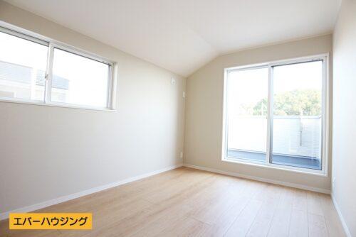 【同形状・同仕様写真です】 洋室6帖のお部屋。ナチュラルな内装なのでどんな家具でも合わせやすいですね。