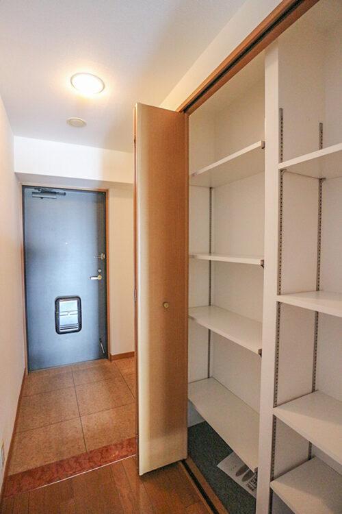 玄関スペース。大容量のシューズボックスもございます。
