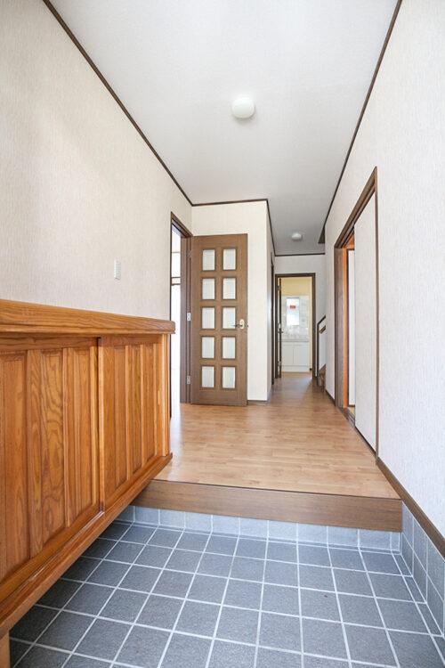 玄関スペースです。シューズボックスもございます。現地(2021年4月20日)撮影