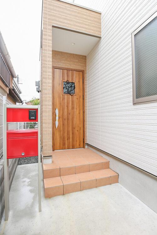玄関扉です。現地(2021年8月)撮影