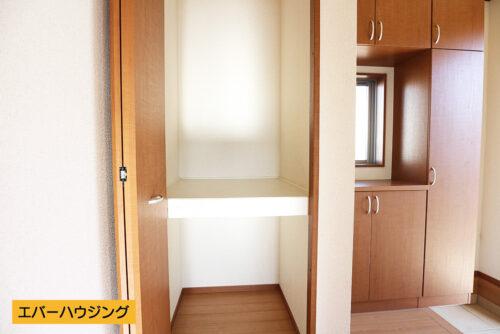 廊下には便利な収納スペースがございます。