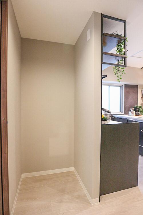 キッチンのうしろには冷蔵庫スペースもございます。室内(2021年10月)撮影