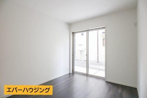 3階の洋室5.5帖のお部屋です。