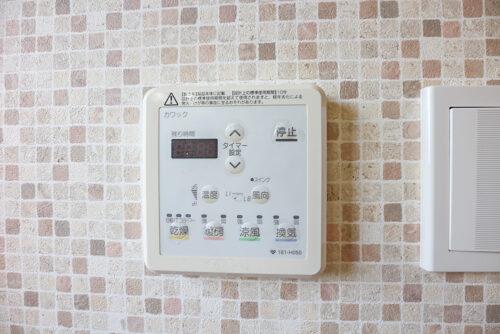 浴室乾燥機の操作パネルです。浴室暖房も付いているので冬のお風呂場を暖かくして入れます。現地(2021年4月20日)撮影