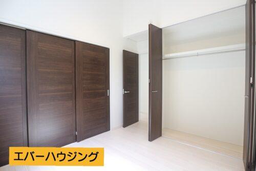 間仕切りを閉めると、個室として2部屋に分けれます。それぞれにクローゼット収納もございます。