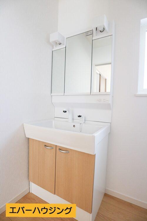 【同形状・同仕様写真です】 女性に嬉しい三面鏡の独立洗面化粧台です。