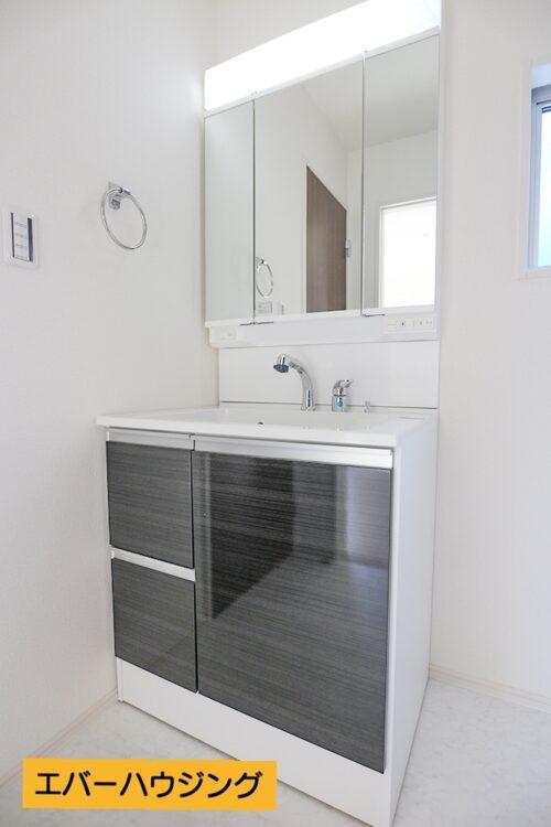 洗面台は女性に嬉しい三面鏡です