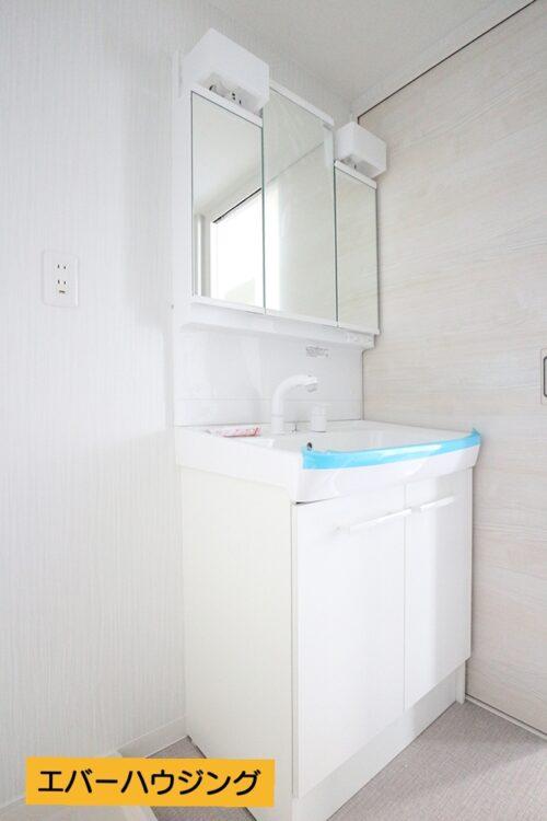 フルリフォームにて洗面化粧台リフォーム済みです。シャワー付きの洗面化粧台です。
