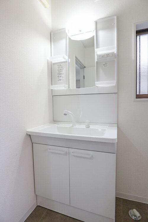 洗面台は新調済みです。 シャワー付きの洗面化粧台です。
