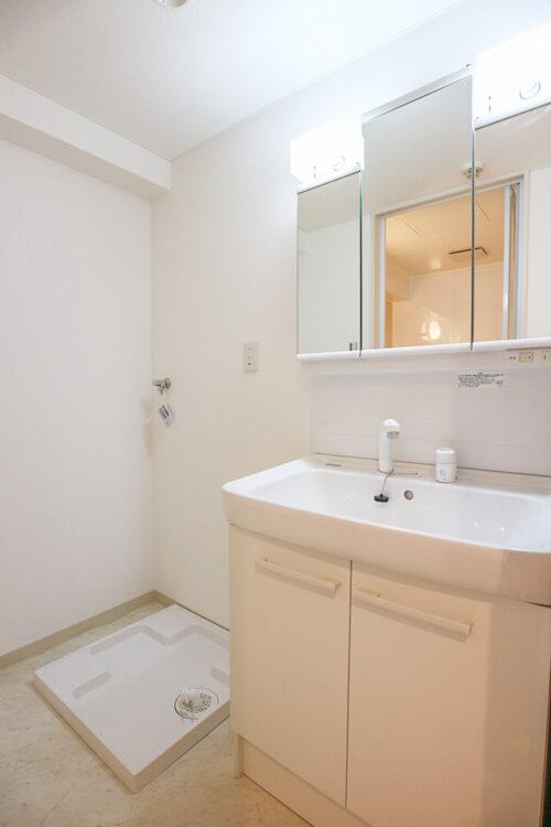 三面鏡の洗面化粧台です。リフォームにて新調済みです。洗濯パンも新調済み。