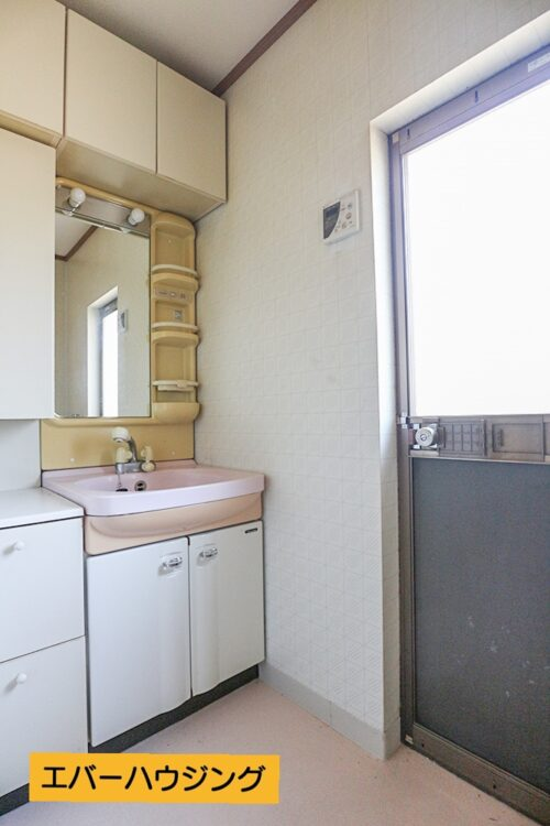 洗面台。弊社にて水回りリフォームも出来ますので、お気軽にご相談下さい。現地(2021年5月)撮影