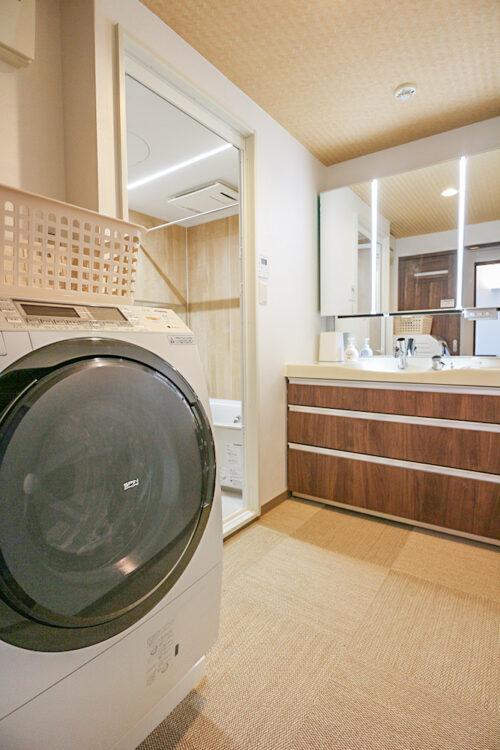 洗面化粧台は新調済。脱衣スペース広々でゆったりとしています。現地(2021年9月)撮影