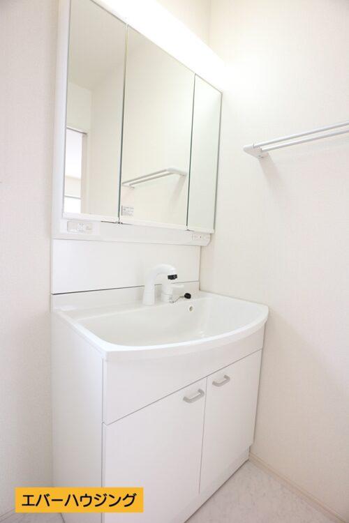 【同形状・同仕様の写真です】 女性に嬉しい三面鏡の独立洗面化粧台です。