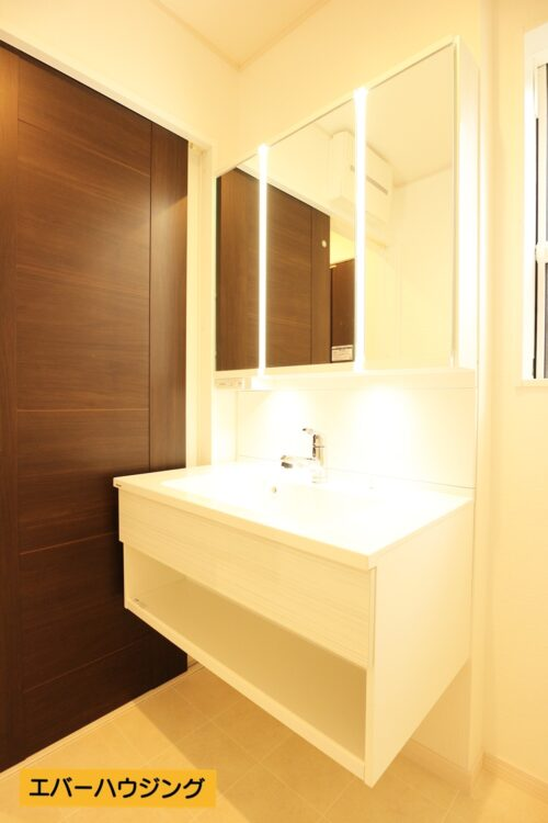 洗面化粧台は鏡にライトが設置されているので、見やすくなっています。