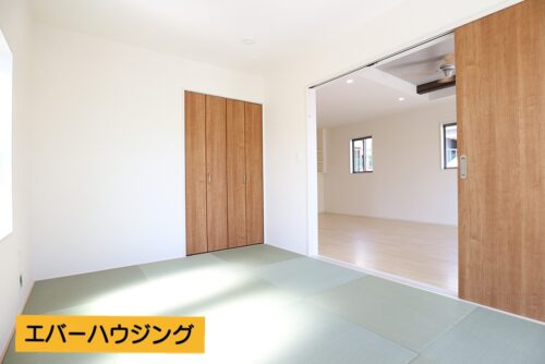 和室5帖。2面採光があり、明るいお部屋です。モダンな琉球畳で洋風な和室に。