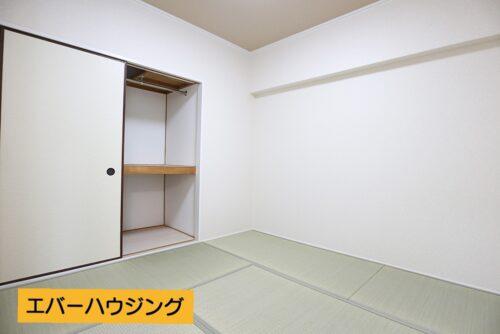和室には押し入れ収納もございます。 お子様の遊び場としても安心な畳のお部屋です。