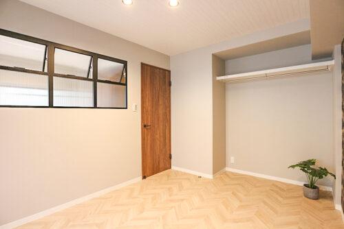 洋室6帖のお部屋です。収納は便利なオープンクローゼットタイプ。室内(2021年10月)撮影