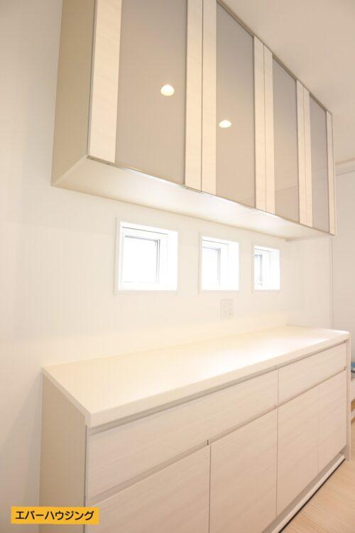 【同形状・同仕様写真です】 キッチン背面には収納棚もございます。