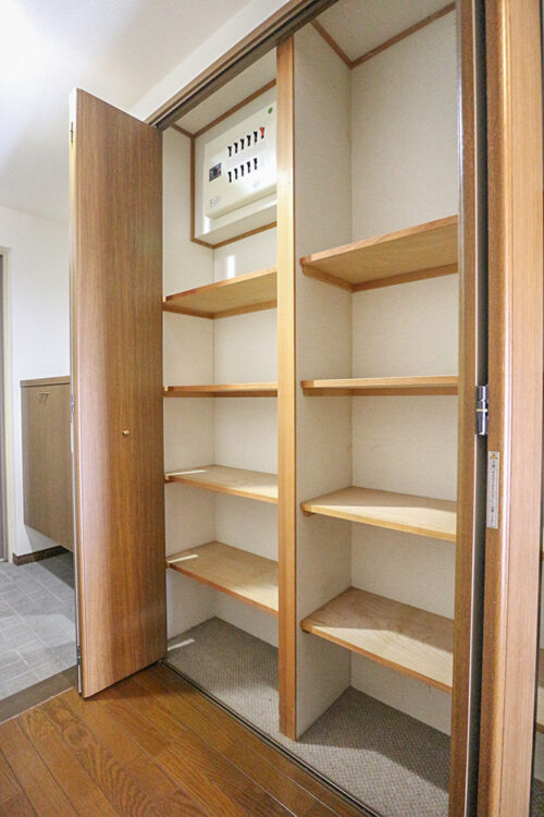 玄関には大容量の収納スペースもございます。